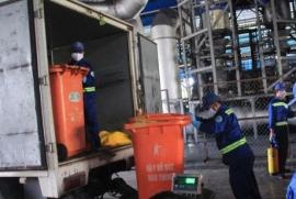 Các nhân viên đang xử lý rác tại công trường Đông Thạnh (Ảnh: www.nld.com.vn)