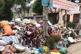 Sau Bình Tân, rác công nghiệp quận Tân Phú tiếp tục tràn ra đường